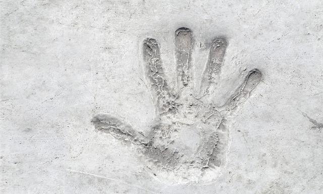 otisk ruky v betonu