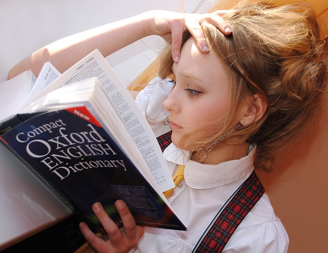 dívka se slovníkem angličtiny