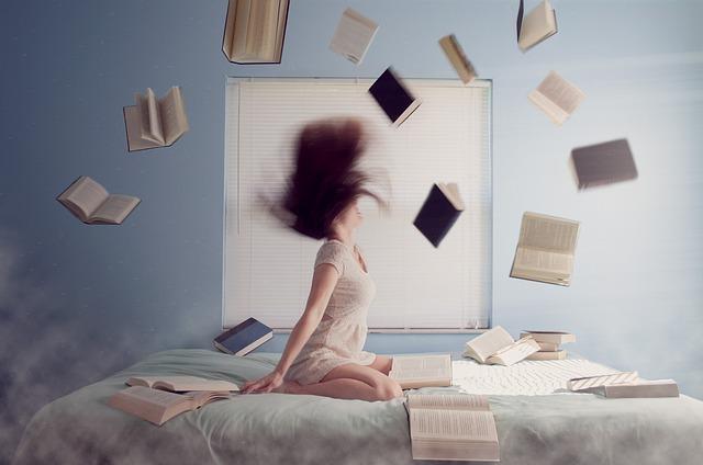 žena s knihami na posteli