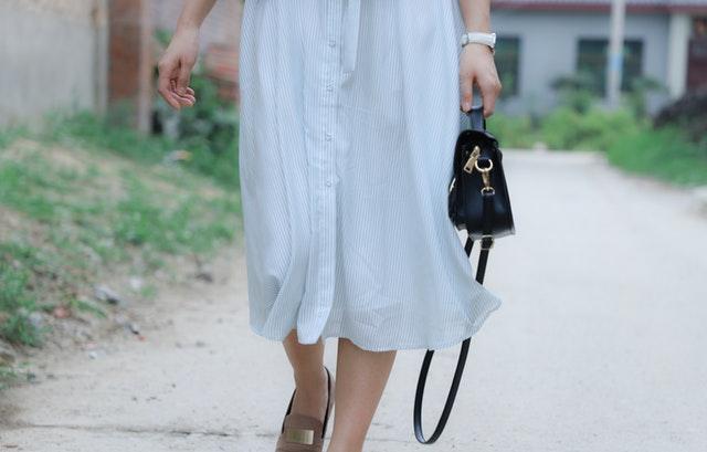 Detail kráčející ženy s kabelkou v ruce