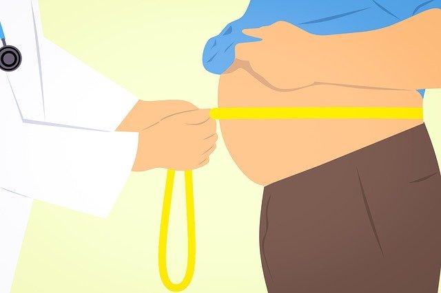 lékař měří obvod pasu u muže