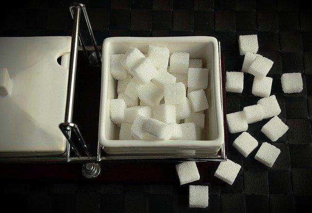 kostky cukru v nádobě